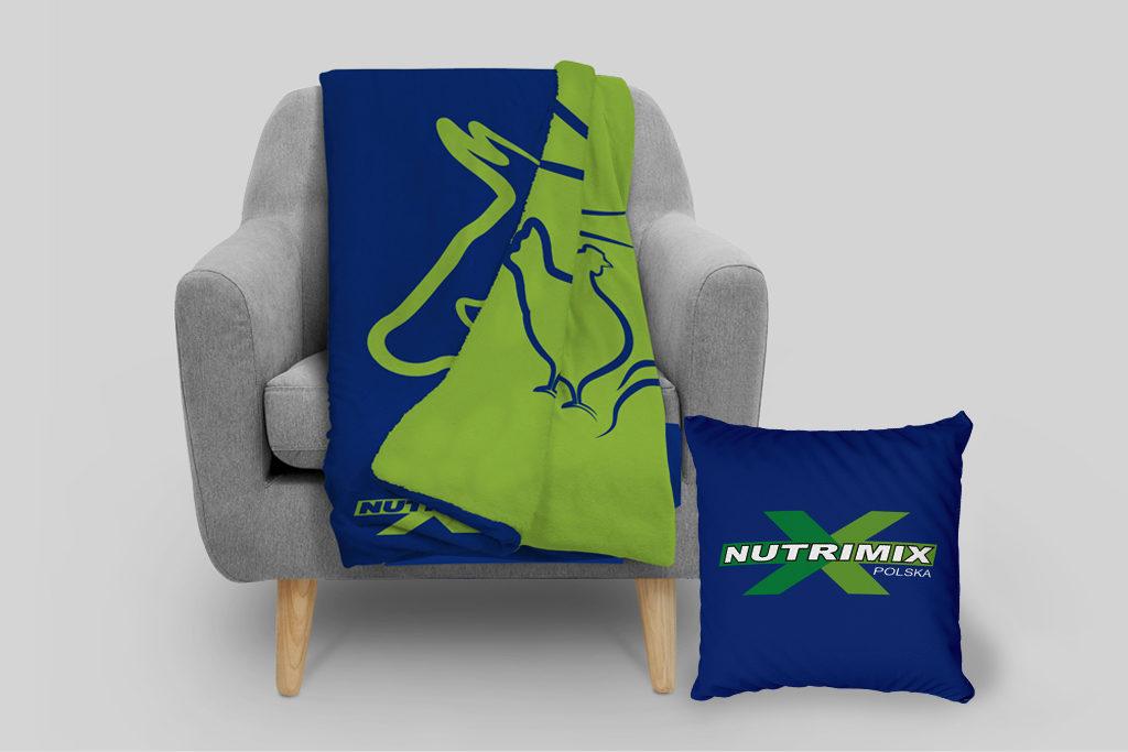 Koc i poduszka z logo dystrybutora dodatków do pasz dla zwierząt i dodatków dla przemysłu spożywczego